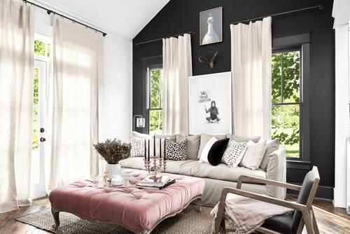 Bức tường màu đen tạo điểm nhấn cho phòng khách