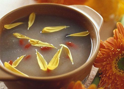 Nấu Cháo Hoa Cúc giải nhiệt cơ thể, tốt cho người mắc bệnh Gan