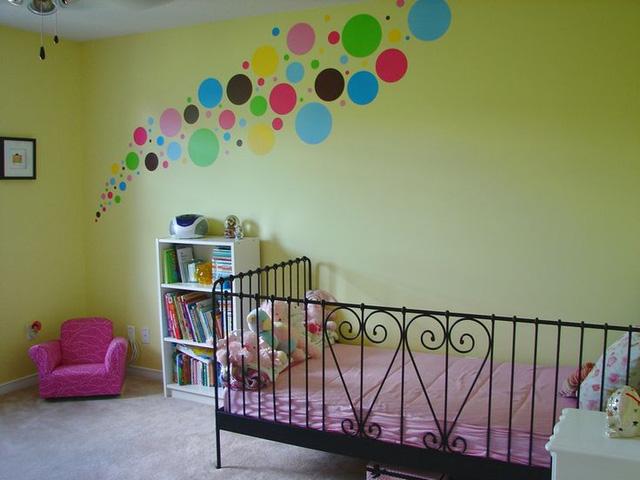 Làm mới nhà với giấy dán tường chấm bi