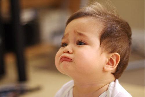 Làm thế nào khi bé hay ăn vạ và trở nên bướng bỉnh, lì lợm với bố mẹ