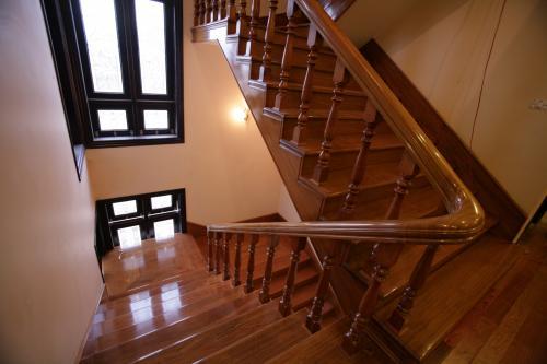 Nên chọn lan can gỗ cho cầu thang hay không